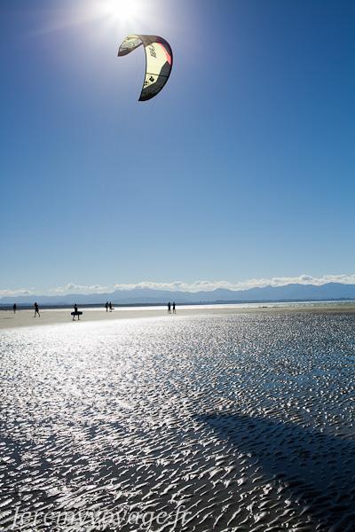 Kyte-surfer sur la plage de Nelson
