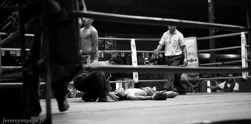 KO d'un jeune boxeur Thaï